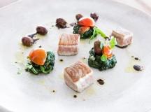 Cubo di tonno e fantasia con spinaci, capperi sotto sale, olive taggiasche, pachino e basilico