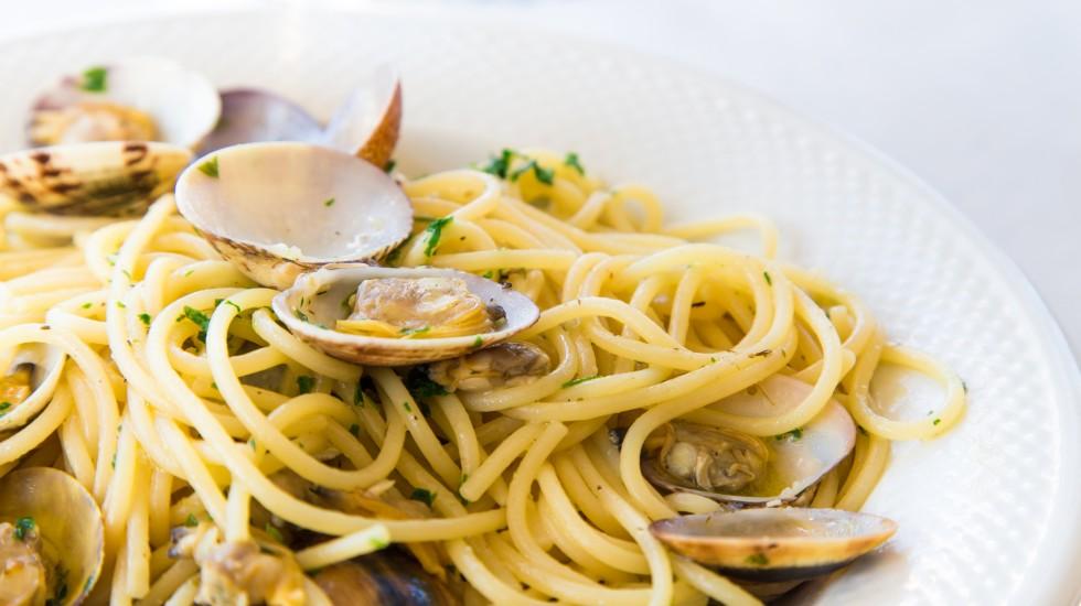 Spaghetti con le vongole veraci, la tradizione sfilabile